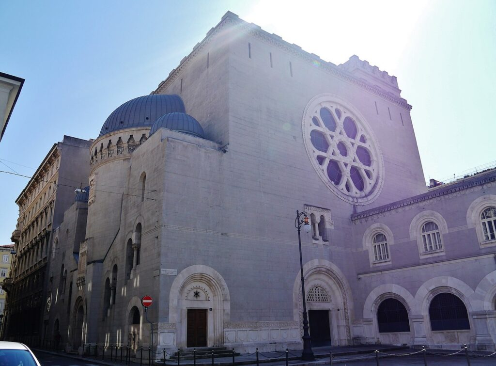 exterior of synagogue in Italy